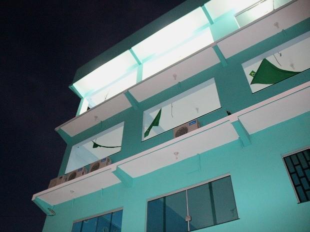 Homem caiu do parapeito deste prédio enquanto instalava um ar-condicionado (Foto: Marcos Dantas/G1 AM)