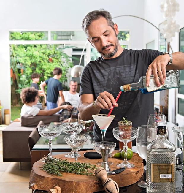 Luiz Fernando prepara os drinques do dia (Foto: Cacá Bratke / Editora Globo)