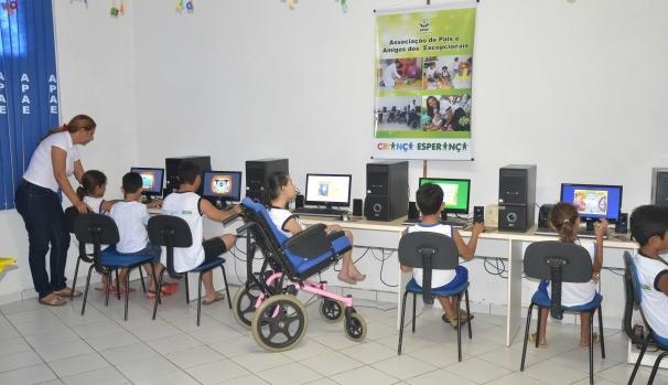 O projeto atua através das Salas Ambientes Temáticas e atende 250 crianças e adolescentes (Foto: Divulgação)