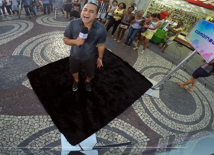 Menilson Filho comanda o Videokê do Combinado (Foto: Reprodução / TV Sergipe)