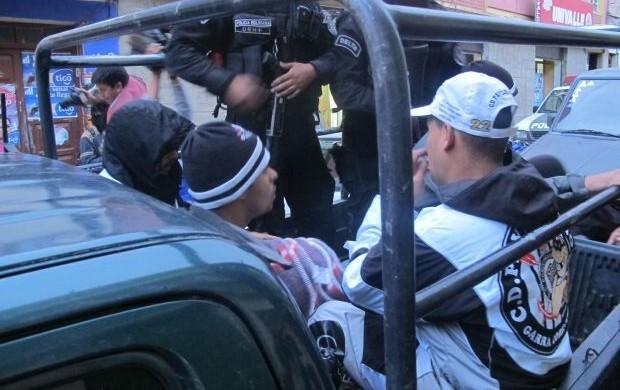 Corintianos presos na Bolívia (Foto: Diego Ribeiro / globoesporte.com)