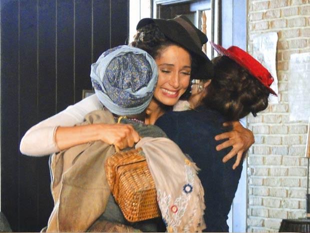 O momento foi de emoção (Foto: Lado a Lado / TV Globo)