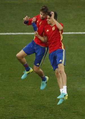 Piqué e Bartra, Espanha (Foto: REUTERS/Yves Herman)