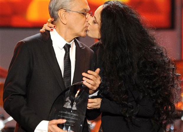 Caetano Veloso recebe prêmio de Personalida do Ano 2012 das mãos da atriz Sônia Braga (Foto: Powers Imagery/Invision/AP)