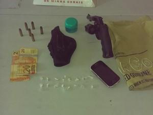 Material apreendido em casa no bairro Jardim do Trevo (Foto: Polícia Militar/ Divulgação)