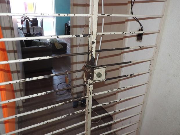 Alguns moradores se trancaram dentro dos apartamentos (Foto: Débora Soares / G1)