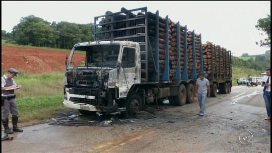 Caminhão carregado de madeira pega fogo em rodovia em Itapeva, SP