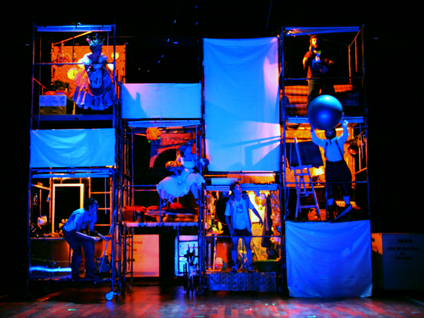 Espetáculo infantil usa a mesma estrutura de cenário da montagem adulta (Foto: divulgação)