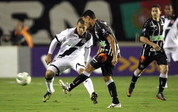 Nilton na partida do Vasco contra o Figueirense (Foto: Márcio Alves / Ag. O Globo)