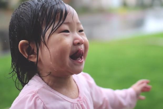 Vídeo de menina tomando banho de chuva foi visto mais de 800 mil vezes (Foto: Reprodução/Vimeo/Nicole Byon)