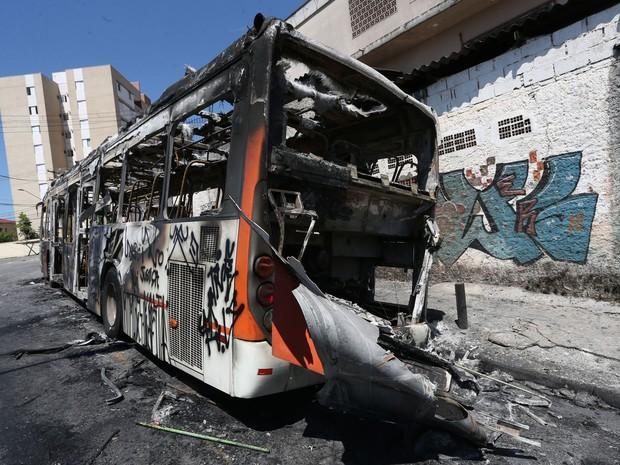 Ônibus foi incendiado na avenida Nossa Senhora de Assunção na região do Butantã, zona oeste de São Paulo (Foto: Marcos Bezerra/Futura Press/Estadão Conteúdo)