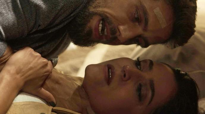 O vilão diz que vai matar Carol caso ela faça algo com Alice (Foto: TV Globo)