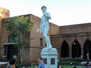 Réplica de David fica em frente à pinacoteca (Foto: Débora Soares/G1)