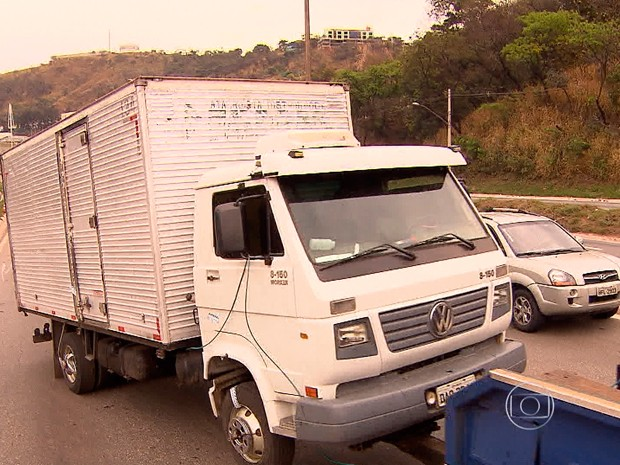 Trecho do Anel foi bloqueado para que caminhão fosse rebocado; trânsito ficou lento no Anel Rodoviário (Foto: Reprodução/TV Globo)