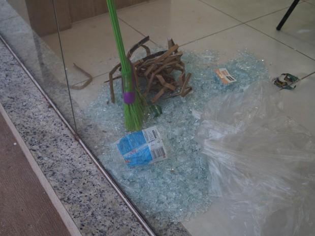 Vidraça ficou estilhaçada após furto em loja de São Carlos (Foto: Marcelo Carboni/Arquivo Pessoal)