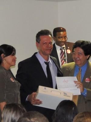 O professor Carlos Otávio recebendo a premiação em São Paulo/SP. (Foto: Silvana Tavares)