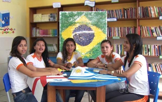 Alunos confeccionam a bandeira do Brasil com materiais reciclados (Foto: Roraima TV)