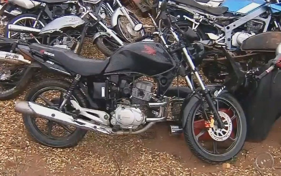 Suspeito disse que comprou a moto por R$ 1 mil pela internet  (Foto: Reprodução/TV TEM )