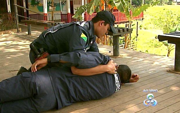 Simulação de afogamento foi feita ao vivo (Foto: Acre TV)