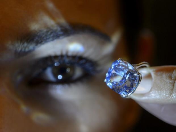 Diamante 'Blue Moon' foi leiloado pelo valor recorde de US$ 48,4 milhões (Foto: AP)