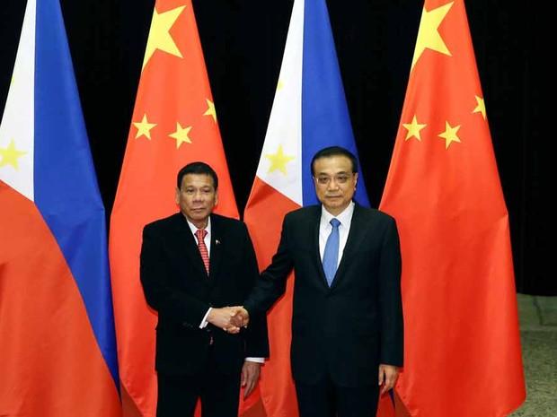 O presidente das Filipinas Rodrigo Duterte (esq.) com o presidente da China Li Keqiang  (Foto: Wu Hong/Reuters)