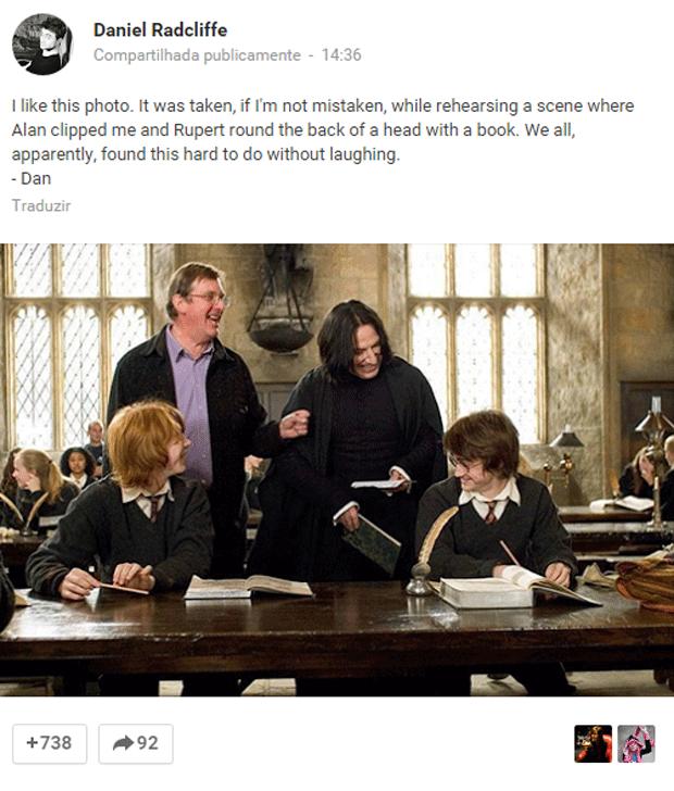 Daniel Radcliffe compartilha foto de set de filmagem com Alan Rickman, Rupert Grint, que interpreta Rony Weasley e o diretor Mike Newell (Foto: Reprodução/Google+)