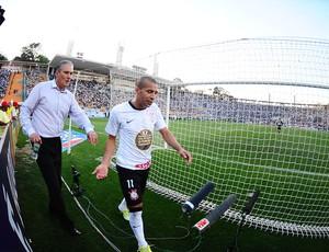 Emerson deixa o gramado revoltado, ao lado do técnico Tite (Foto: Marcos Ribolli/Globoesporte.com)