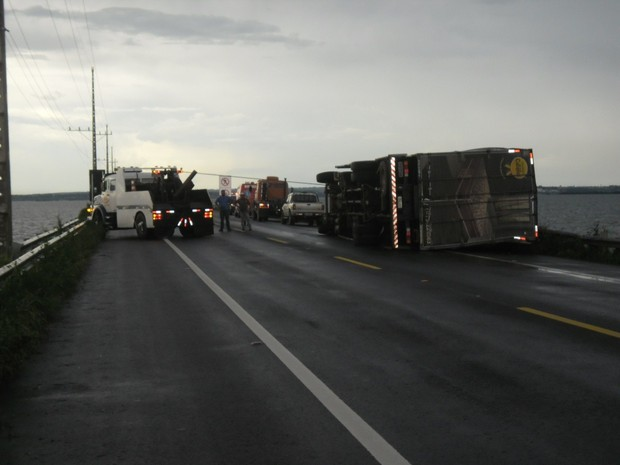 Internauta registra momento em que caminhão tombado bloqueava pista (Foto: Leonir da Conceição/VC no G1)