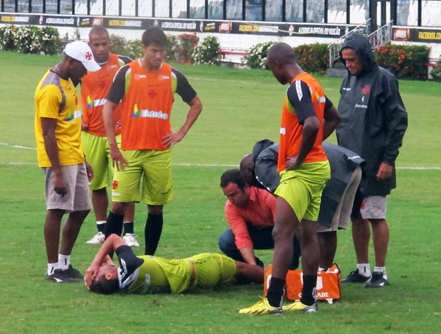 Thiaguinho Vasco lesão treino (Foto: Raphael Bózeo)