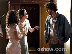 Cora flagra o chamego entre os dois (Foto: Império/TV Globo)