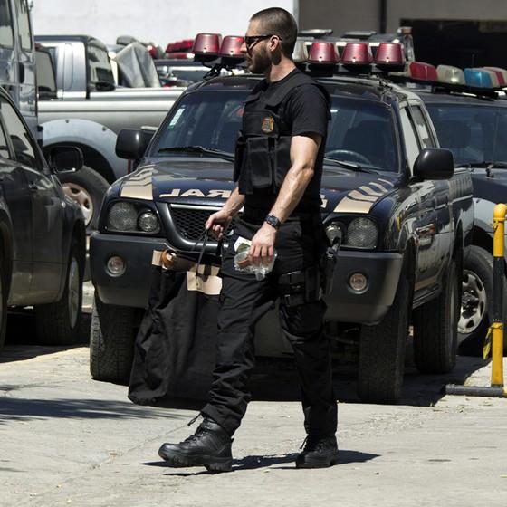 Operação Xepa da Policia Federal ,movimento de policiais em frente a Superintendência Regional no Rio de Janeiro, na Gamboa, centro Rio de Janeir (Foto: Paulo Campos / Parceiro / Ag. O Globo)