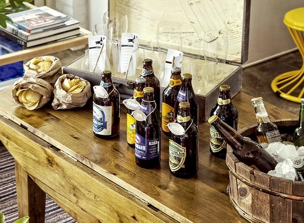 Cervejas combinam com uma produção rústica. Mesa L'Oeil (Foto: Cacá Bratke/ Editora Globo)
