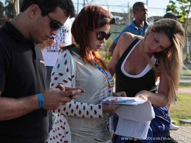 Dani Winits passa o texto com a equipe (Foto: Malhação / TV Globo)