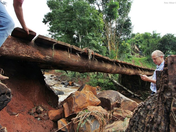 Engenheiros avaliam estragos em estruturas de pontes de Pinhalzinho (Foto: Elieser Donhauser/AGR/Rádio Centro Oeste)