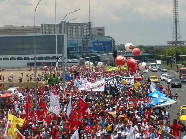 Estudantes e representantes de movimentos sociais em protesto contra Cunha no centro de Brasília (Foto: Carolina Cruz/G1)