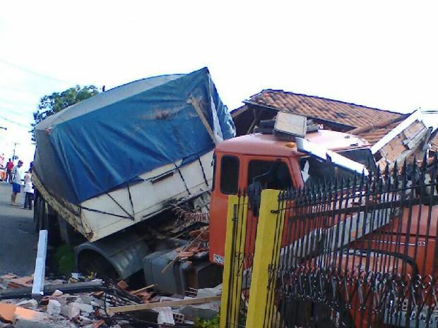 Havia moradores nas casas atingidas, mas ninguém ficou ferido (Foto: Divulgação/PM)