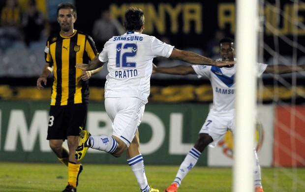 Lucas Pratto comemora gol do Velez Sarsfield sobre o Penarol (Foto: AP)