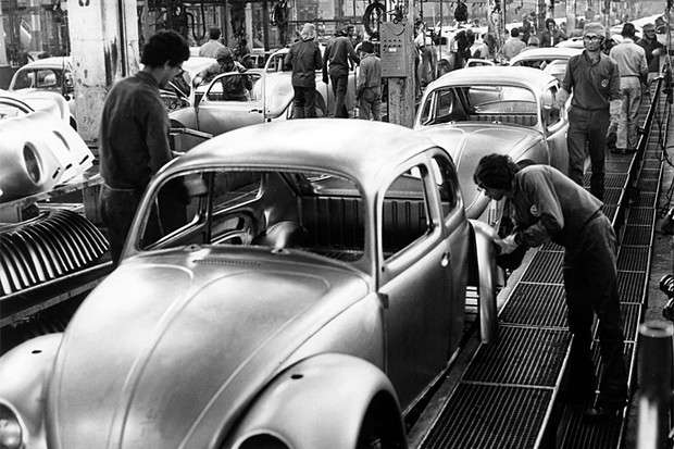 Funcionários da Volkswagen na linha de montagem do Fusca (Foto: Volkswagen do Brasil)