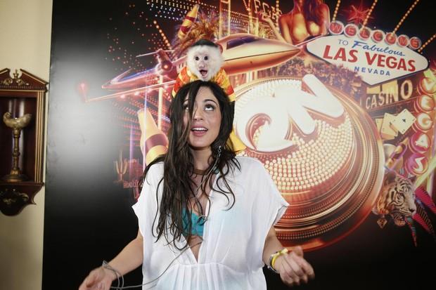 Carol Castro se diverte com macaquinho em Las Vegas (Foto: Felipe Panfili/AgNews)