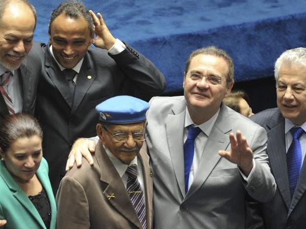 'Soldado da borracha' cercado por parlamentares na cerimônia de promulgação da PEC que estipulou indenização para esses trabalhadores (Foto: Antonio Cruz / Agência Brasil)