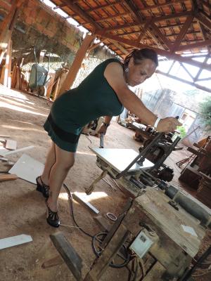 Como marceneira, Nilce precisou encarar o machismo da profissão (Foto: Arquivo Pessoal/Nilce Clayr)
