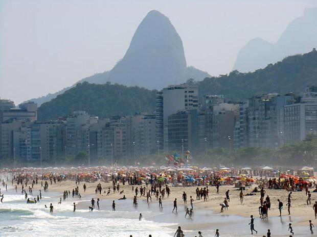(Foto: Wikimedia Commons / Rodrigo Soldon / http://commons.wikimedia.org/wiki/File:Praia_de_Copacabana_na_zona_Sul_da_cidade_do_Rio_de_Janeiro,_no_Brasil.jpg)