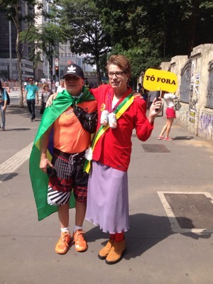 Manifestante se fantasia como a presidente Dilma