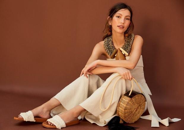 Combine looks de tons naturais com bolsas de palha (Foto: Reprodução )