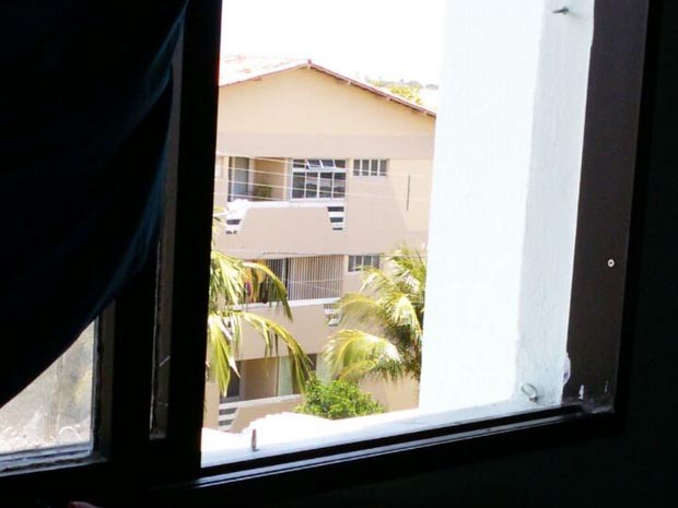 Apartamento onde estão padrasto e enteado fica no segundo andar do prédio (Foto: Jocaff Souza/G1)