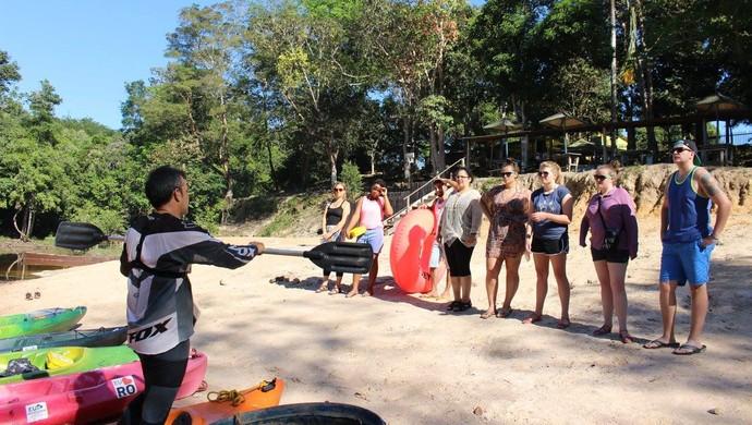 Grupo faz passeio de caiaque para ter mais contato com a natureza (Foto: Jheniffer Núbia)