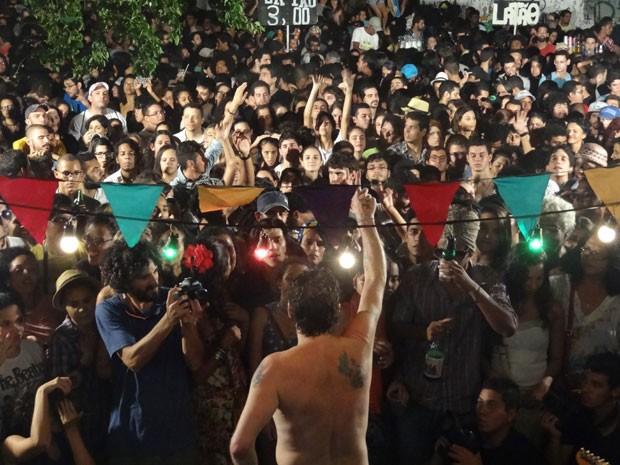 Otto canta para multidão e pede proteção contra especulação imobiliária no Centro do Recife (Foto: Luna Markman/G1)