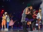 Larissa Manoela e João Guilherme se beijam durante show em São Paulo