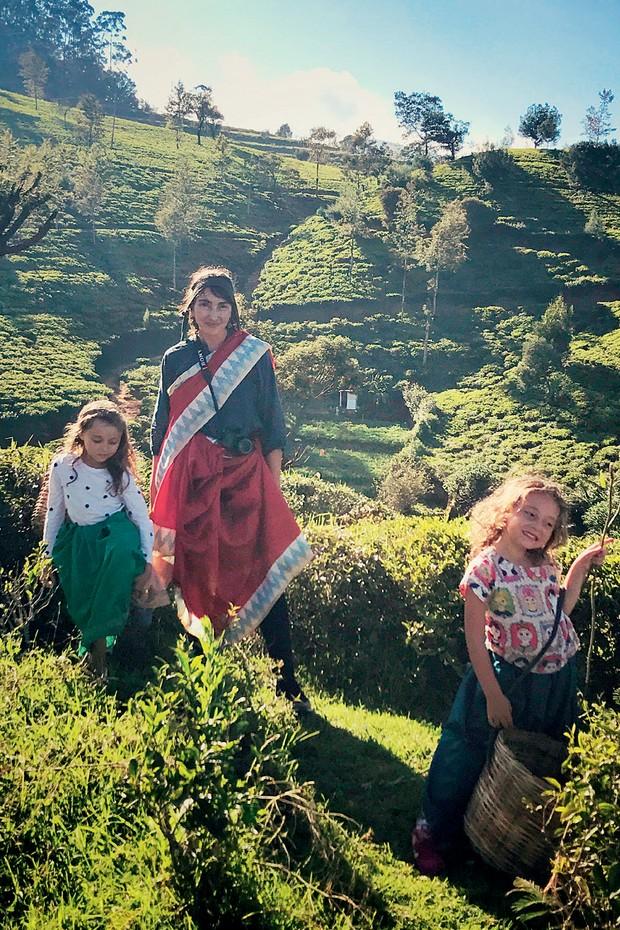 Daniela Ruiz com as filhas num campo de chá no Srilanka (Foto: Divulgação/ Arquivo Pessoal)
