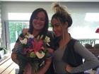 Mãe de Neymar ganha flores da filha, Rafaella Santos, e a paparica